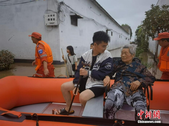 河南叶县遭遇强降水 被困群众紧急转移