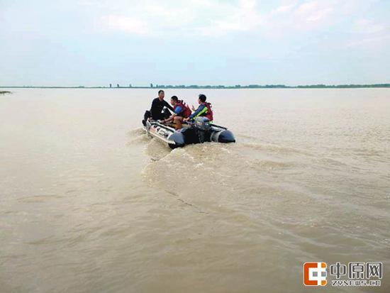 救援人员在搜救失踪小伙