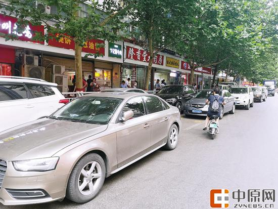 经八路,机动车乱停情况严重 郑报全媒体记者 宋晔 图