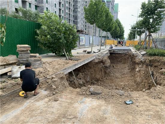 郑州道路塌陷抢修进展如何?记者实地打探