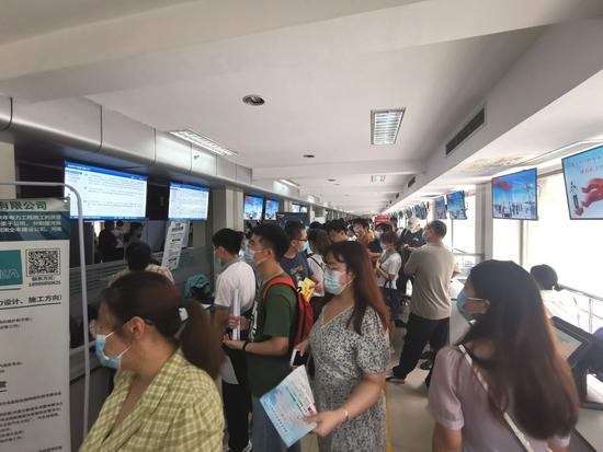 郑州全面重启现场招聘会 人才市场热度攀升