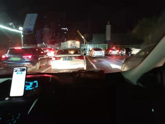 国庆前夜的郑州高速堵成一条长龙 郑州到新郑跑了两个小时