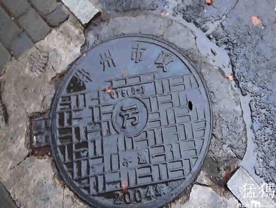 (郑州街头2000后使用的铁铸井盖)