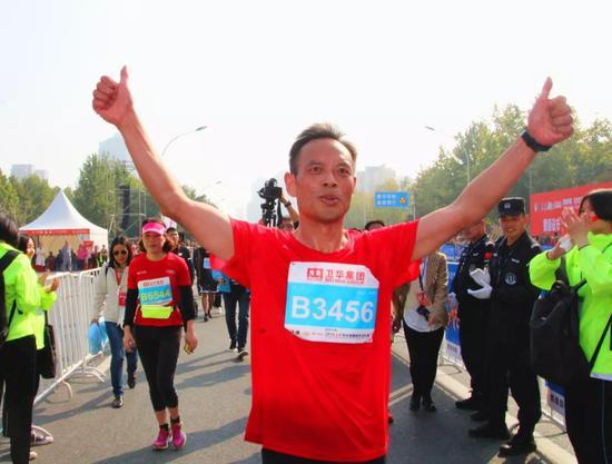 秦书记同运动员们一起奔跑