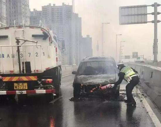 很快,消防救援人员赶到现场,大火被彻底熄灭,没有造成人员伤亡。