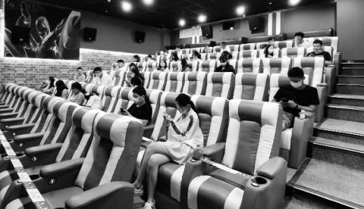 疫情防控期间,观众必须隔座观影