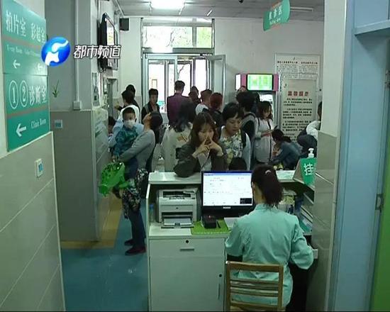 大厅里站满了前来就诊的患儿和家属