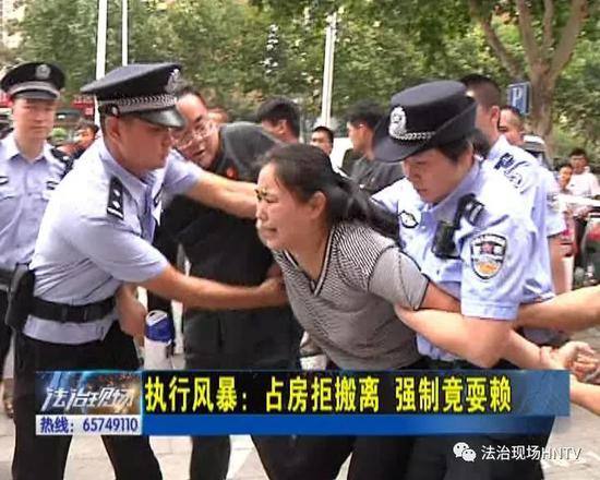 郑州女子不腾房耍赖 竟咬自己的孩子