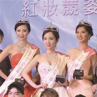 刘爱舟(中)获美国亚洲小姐冠军。图片来自网络