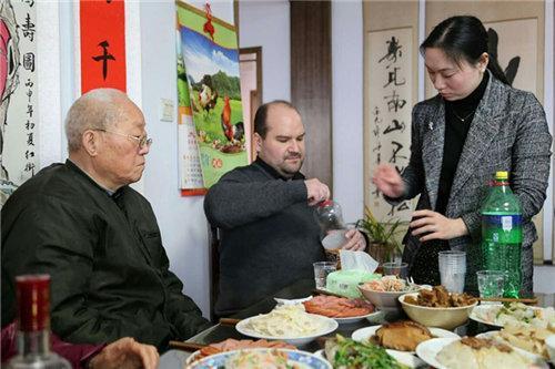 """""""福莱恩很注重河南传统,吃饭时给长辈夹菜,很习惯使用筷子和碗,是个懂礼貌的外国小伙。""""福来恩的中国岳父夸赞说。"""