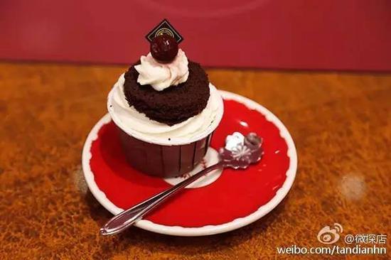 卡仕达酱与葡萄干搭配的巧克力蛋糕,有着淡淡的酒香。