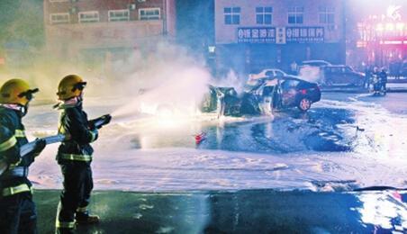 事故现场,消防员对起火车辆进行扑救。