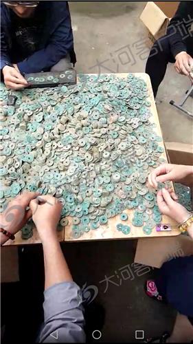 村民供图:挖出的古币