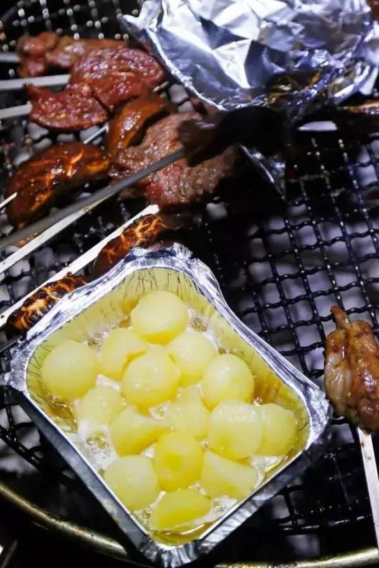 还有青椒、豆腐、玉米等等素菜,这些烧烤必备就不用多说了吧,荤素搭配着吃,健康又营养。