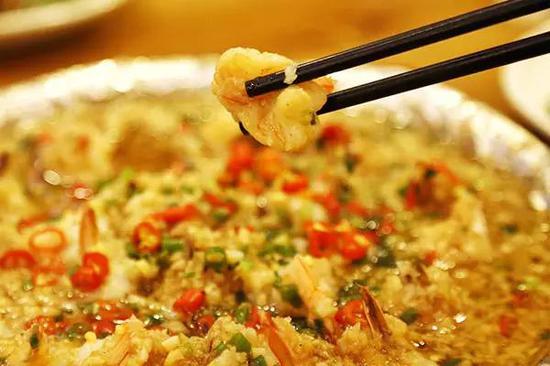 铁板大虾仁,剥壳后的虾仁愈显剔透晶莹,经过铁板烹饪后饱满丰润,咀嚼在唇齿间,清爽利落、口感鲜嫩。