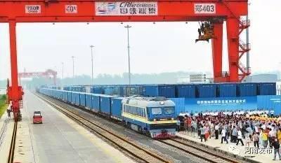 图为郑欧国际铁路货运班列开通仪式现场。