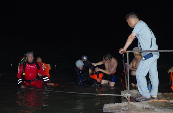 很快,郑州市红十字水上义务救援队队长牛振西就接到了男孩儿小石落水的警情,他急忙组织14名队员奔赴60多公里赶往现场。