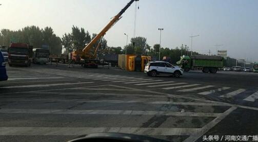 郑州一快递车与渣土车相撞侧翻,你的快递要延迟收货了!