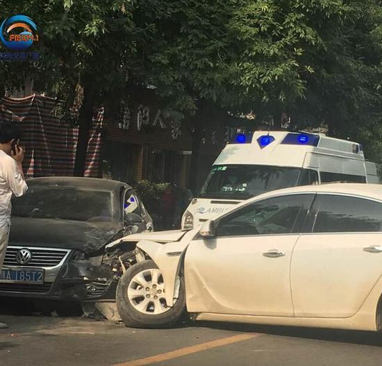 """郑州街头两辆私家车车相撞 一车车轮撞""""劈叉"""""""