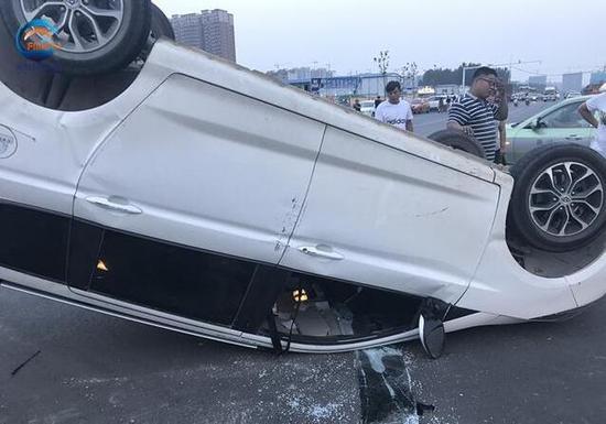 郑州一路口两车撞击,四脚朝天翻路上,没信号灯更不能任性呀!