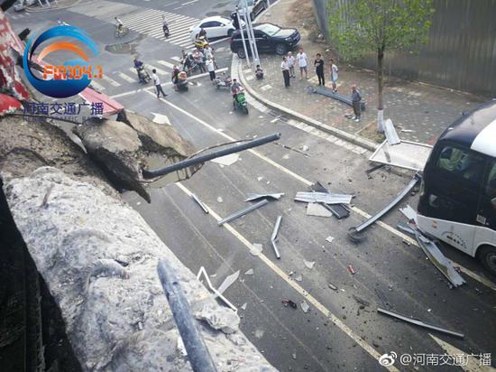 受到这起单方事故影响,目前下桥匝道暂时无法通行,请大家提前绕行。