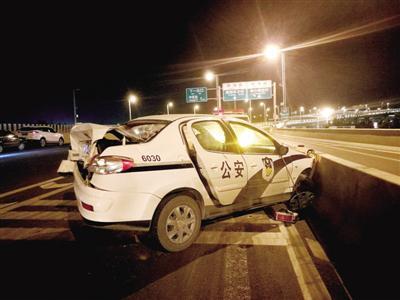 处理事故时,执行任务的警车遭到撞击