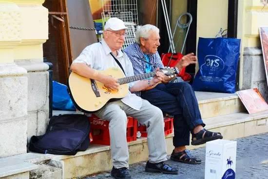 热爱生活的人们,在这座生活节奏慢了一拍的小城里,显得格外亲和友善。