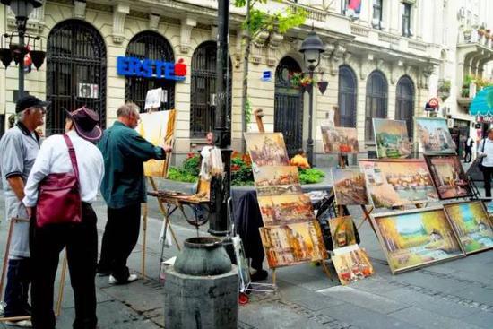 街头经常能见到画家现场作画,里四处充满了浓郁的艺术氛围。