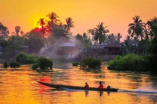 老挝食物受邻邦中国和泰国的影响,口味以酸、辣、生为主,随意混搭简单新鲜的食材做成乡村风味的菜肴,便宜又好吃。