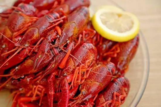 最后把冷却好的每只小龙虾温柔的放进去,盖上盖子进冰箱冷藏8个小时以上口味最佳。
