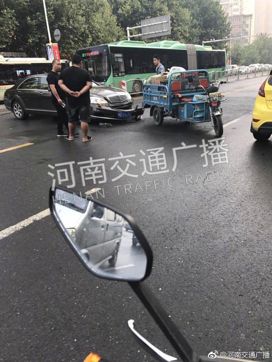 郑州一三轮车撞上奔驰 结果奔驰保险杠脱落