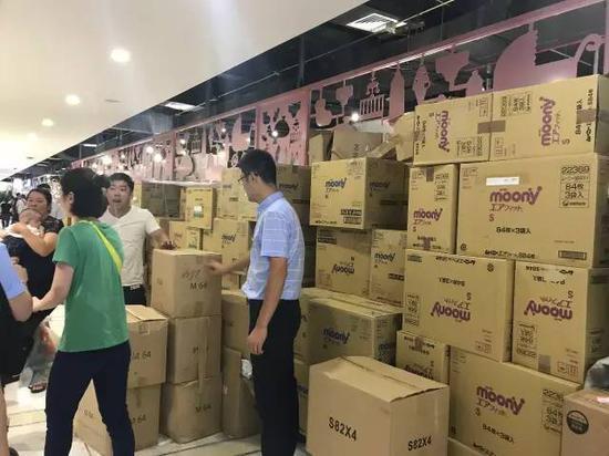 虽然早上来看囤货还是比较足的,但是郑州仙女的购买力并不可以小觑。想要囤货的宝宝,就只有一个技能可以用了,就是早来!早来!