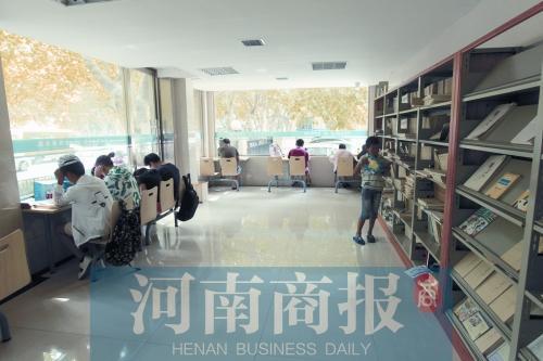 24小时自助图书馆内,大家在安静地阅读