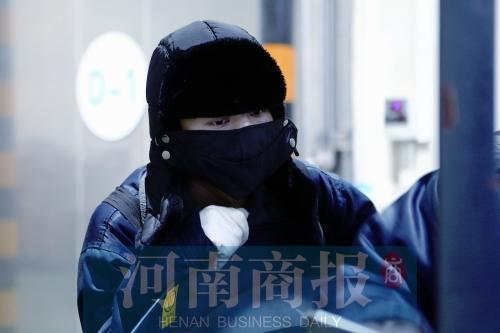 """夏天的午后,最高气温39℃,杨龙却""""全副武装"""",把自己裹得严严实实"""