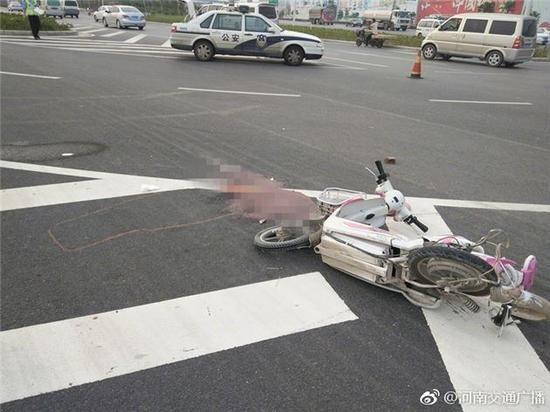 据现场目击者称:肇事面包车把电动车撞飞十几米远之后逃逸了。