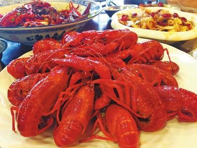 """小龙虾是郑州夜宵市场绝对的""""网红""""。"""