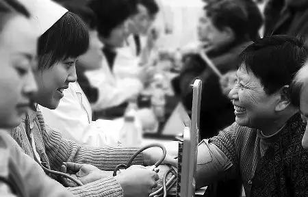 10.免费实施白内障复明手术!免费为具有郑州户籍且符合手术条件的白内障患者实施复明手术。