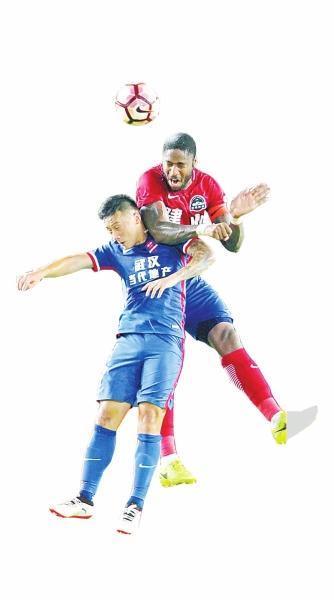 戈麦斯(右)与对手争头球