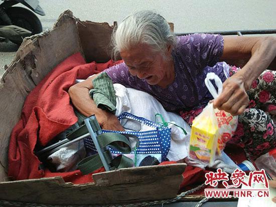 热心市民送给老人的食物