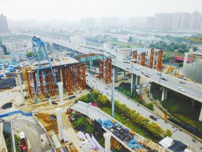 农业路主线高架桥上跨京广快速路施工正在进行中