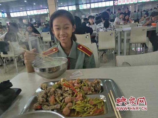 张易文在食堂就餐