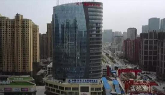 """2017年8月1日,在河南自贸试验区郑州片区综合服务中心,河南省首批""""三十五证合一""""营业执照发放。"""