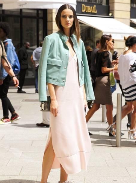 皮衣则可以选宽松的短款(衣摆长及肚脐处),能够拉高腰线。搭配连衣裙穿,穿出软硬兼具的平衡美感。