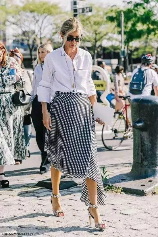 不规则的格纹裙+白衬衫,黑白对比强烈,高级范十足。