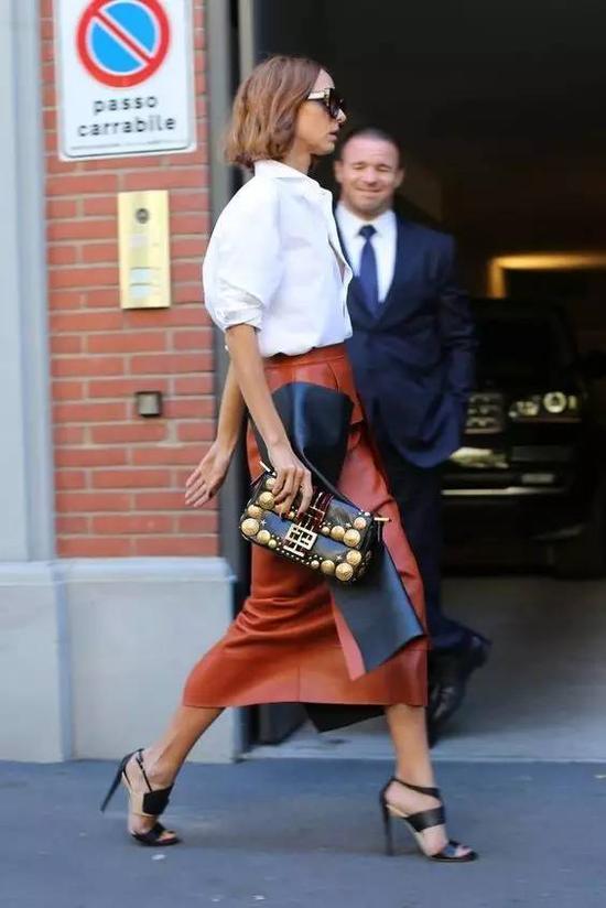 铅笔裙和衬衫的组合是OL们的标配,这几年,铅笔裙和衬衫不再只局限于职场,在街头和派对中都很常见。