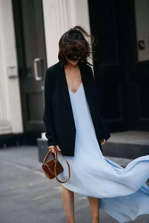 """想变""""天仙攻""""不妨在西装里面加上一条吊带裙。"""