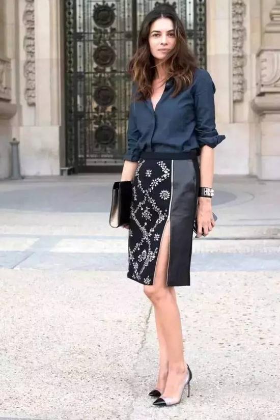 到了这几年无论是一字裙、伞裙、A字裙等都借鉴了迷笛裙的款式,街拍中也越来越多的出现这种裙子了。
