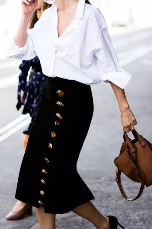 铅笔裙可以让女人下半身的曲线展露无疑,是很有女人味的单品,也是时髦女生们的心头爱。