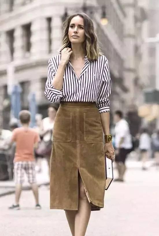 棕色麂皮一字裙+条纹衬衫,成熟优雅的造型,不论是通勤还是逛街都超美。