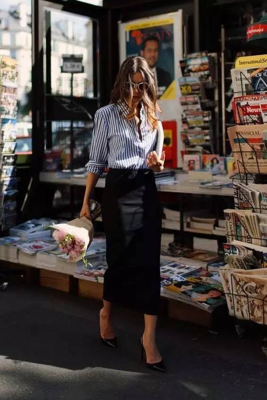 衬衫+长裙真的太美,腿部线条不错的女生们可以穿一条这种修身的长铅笔裙,显高又性感。